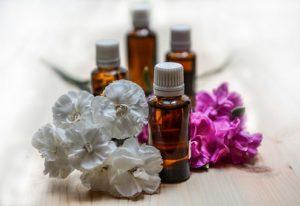 Wat is aroma therapie? Het maakt gebruik van essentiële oliën.