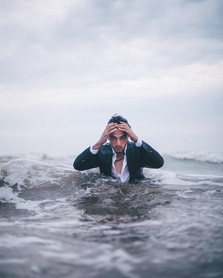 Alsof je ten onder gaat in een zee van gedachten, zo voelt een vol hoofd. Bach bloesem therapie richt zich op de onderliggende oorzaak.