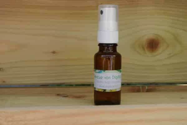 Dit is een foto van Bach Rescue spray van DigiBach, in een mooie houten omgeving