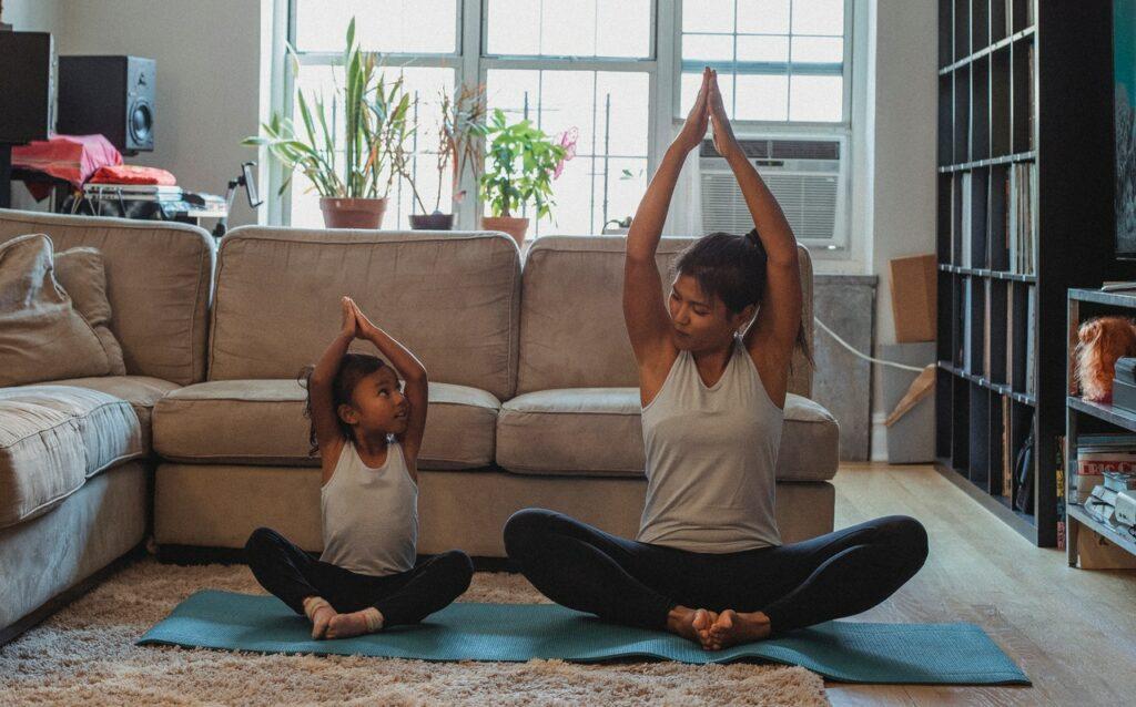 thuis yoga oefenen wordt gemakkelijker vol te houden door het samen te doen