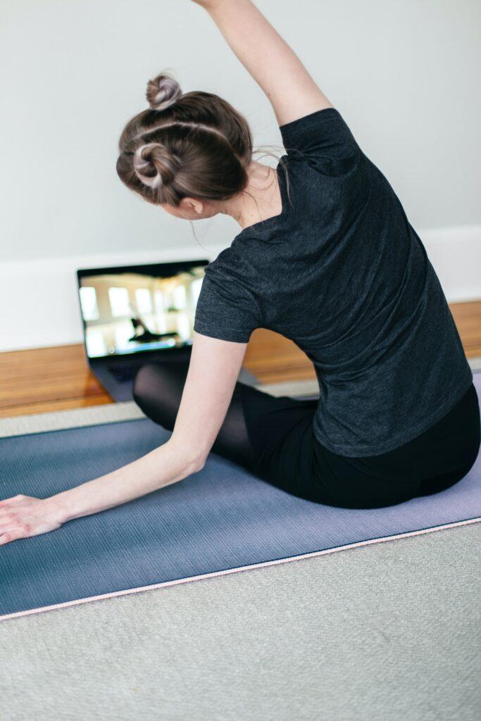 online yoga lessen volgen achter je laptop of via de tv