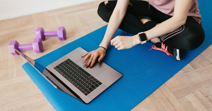 online yoga volgen tips en reviews uitgelichte afbeelding