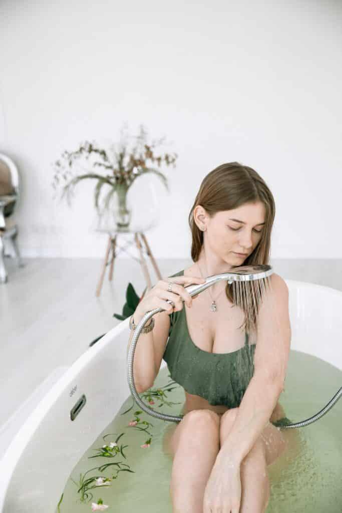 Dromen over in bad gaan is een symbool van reiniging en het oude van je af spoelen